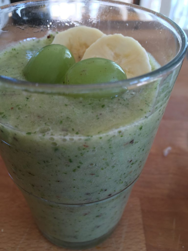 Green Smoothie mit Feldsalat, Äpfel, Banane, Kiwi und Trauben