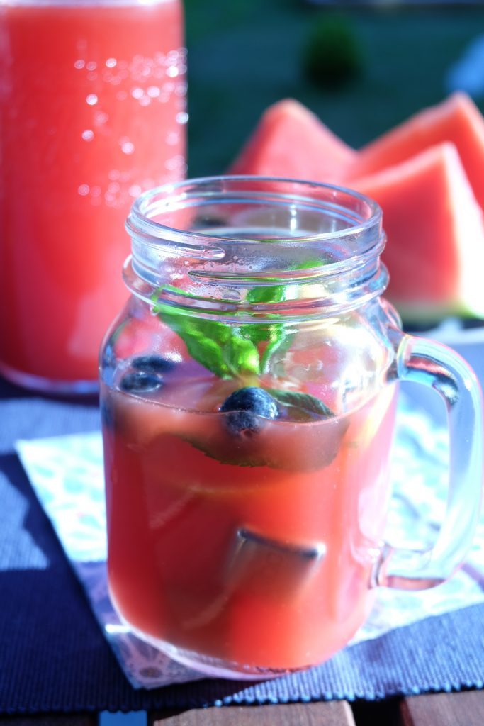 Selbstgemachte Limonade Wassermelone Minze Glas