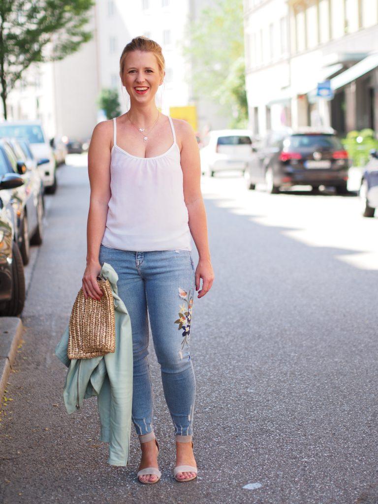 Outfit Blumenstickerei Jeans mit Blumen Streetstyle
