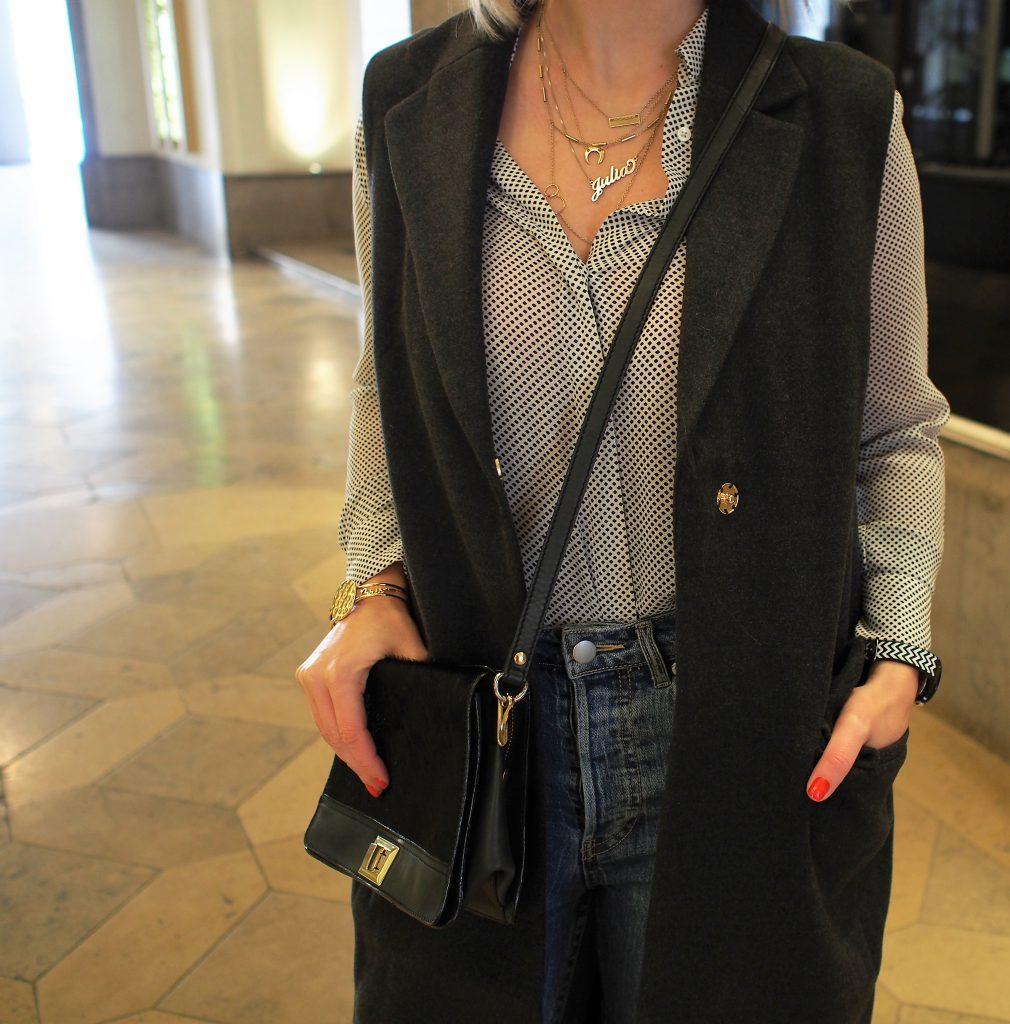 Outfit Longweste grau mit Printbluse