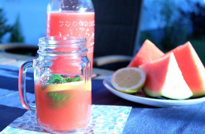 Selbstgemachte Limonade mit Wassermelone und Minze