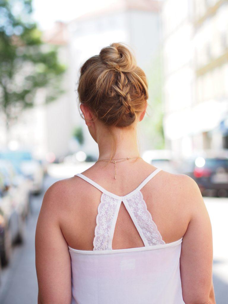 Outfit Streetstyle Jeans Blumen weißes Seidentop