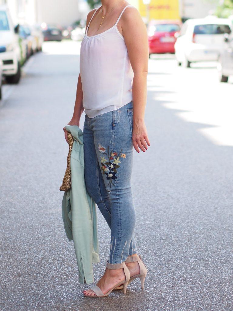 Outfit Streetstyle Jeans mit Blumen Blumenstickerei
