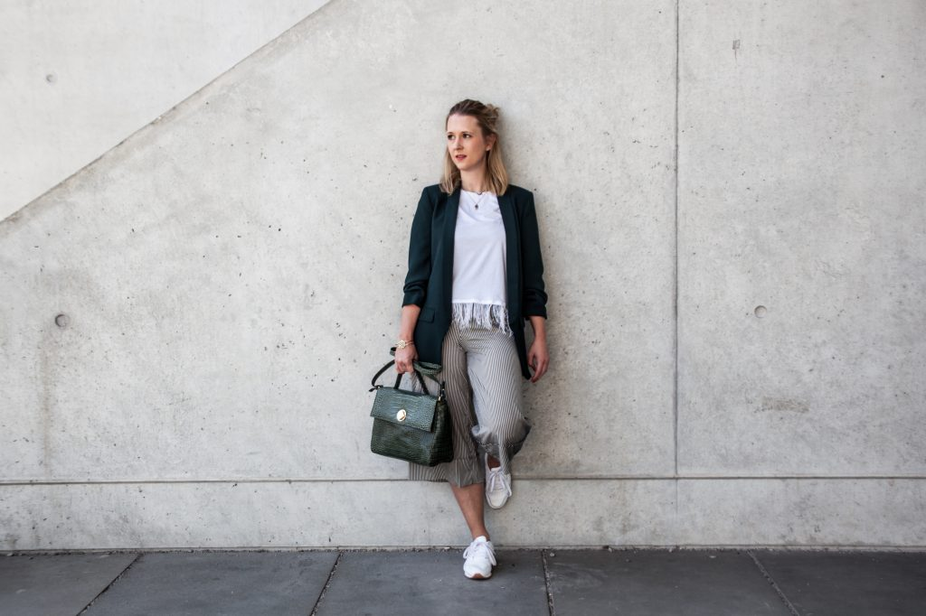 Outfit weiße Sneaker Culotte Streetstyle